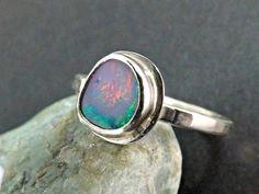 feuriger Opalring zierlicher gehämmerter Ring von CrazyAss Jewelry Designs auf DaWanda.com