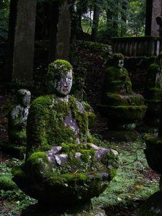 steinfiguren mit moos gartendeko außenarchitektur