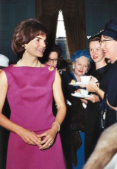 Jackie Kennedy at the White House entertaining guests Jackie Kennedy Style, Jacqueline Kennedy Onassis, Les Kennedy, John Kennedy, Lou Fashion, Jaqueline Kennedy, Special Dresses, Old Hollywood, Alter