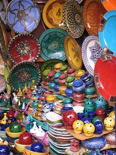 De koningsstad Marrakech is voor velen het start- of eindpunt van een Marokko reis. Op het levendige plein vind je verhalenvertellers en slangenbezweerders. 's Avonds eet je een couscous tussen de locals. In de medina zijn er vele winketjes waar je na afdingen een schaal van mozaïek of een zilveren theepot voor thuis kunt kopen. Breng een bezoek aan de oude paleizen en drink een verse kop muntthee op het dakterras met uitzicht over de stad en op de grootste moskee van Marrakech.