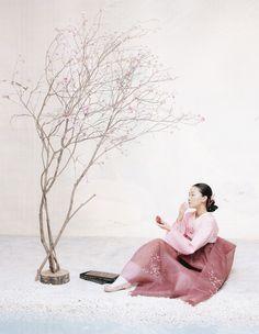 Détail de l'image -The Grace of the HanBok (Vogue Korea October — Look At Me . Korean Traditional Dress, Traditional Fashion, Traditional Dresses, Vogue Korea, Korean Dress, Korean Outfits, Korean Clothes, Asian Sculptures, Artistic Fashion Photography