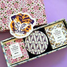 THE FLOWER STAND__ KEITA MARUYAMA  コレクションのアーカイブモチーフがパッケージになったケイタさんの雑貨ブランド。 THE FLOWER STANDと名付けられたそこから、花や動物たちや、風景の素敵な柄がプリントされたボックスに入って、石鹸やミニタオル、モイスチュアクリームが届いた‼︎ ありがとうございます♡ 箱好きのわたしにはたまらなく嬉しいギフト。 集めたくなっちゃう。カタログを見ていると、目移りする、それがまた楽し そして、誰かに贈り物したくなっちゃう。 ポーチと、クリームと、夏に向けてミニタオル… #theflowerstand #ザフラワースタンド @keitamaruyama