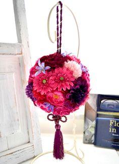 フューシャピンクのガーベラのボールブーケ。すべて造花でできております。 Silk Flower Bouquets, Silk Flowers, Christmas Ornaments, Holiday Decor, Flowers, Christmas Jewelry, Christmas Decorations, Christmas Decor