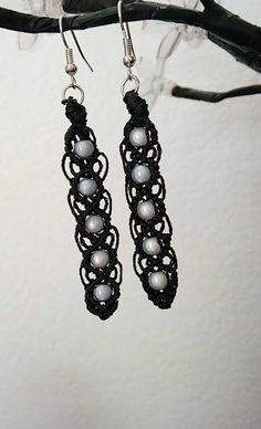 boucles d'oreille micro macramé noir et perles magiques grise : Boucles d'oreille par les-creations-du-sud