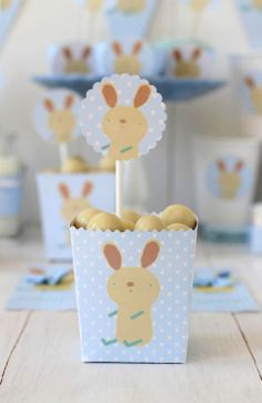 Una fiesta de bautizo personalizada | Blog de BabyCenter Baby Shawer, Candy Table, Baby Center, Confectionery, Baby Boy Shower, Party Themes, Printables, Shower Ideas, Valentino