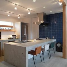 群馬県邑楽町・土間リビングの家 A houseの部屋 コンクリートのキッチン
