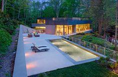 Modernes Wohnhaus am Fluss