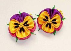 Lovely Kanzashi, no pattern Satin Ribbon Flowers, Cloth Flowers, Ribbon Art, Diy Ribbon, Ribbon Crafts, Fabric Ribbon, Flower Crafts, Ribbon Bows, Fabric Flowers