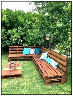 14 Outdoor Patio DIY Ideas to Spruce Up Your Outdoor Space! - Pallets Outdoor Sofa and Table on Casters @ 99 Pallet Ideas Informations About 14 Outdoor Patio DIY - Palette Sofa, Banquette Palette, Backyard Seating, Backyard Patio, Backyard Ideas, Patio Ideas, Garden Ideas, Pergola Ideas, Seating Area In Garden