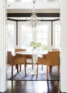 Contemporary leather dining chairs with a modern table and crystal chandelier - Home Interior Design Ideas Eclectic Dining, Interior Design, Leather Dining Chairs, Dining Chairs, Interior, Room Design, Dining Room Decor, Dining Room Inspiration, Disc Interiors