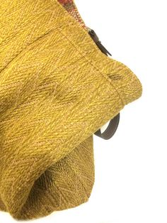 Este bolso reversible es único. Frente de lado, esto significa bolso combina una multitud de tejidos Tapiceros, materiales y patrones, en tierra cocida, Borgoña, tonos caqui con pequeños detalles brillantes. Lado hacia atrás, permite una versión tejido herringbone patrón tela,