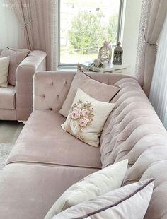 Evini dekore ederken zarif ve yumuşak bir atmosfer oluşturmak isteyen yeni evli Cansu hanımın modern ve country stili başarı ile harmanladığı, keyifli evinin misafiriyiz..  Beyazı pudra tonlarıyla ç...