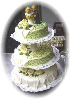 Hochzeitstorte in creme und grün auf Etagere - Three storey wedding cake in cream and light green - Heiraten am Riessersee in Garmisch-Partenkirchen, Bayern - Wedding in Bavaria