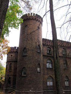 Dom leśniczego i ogrodnika w Siemianowicach Śląskich - neogotycki budynek w formie małego zamku z okrągłą wieżą, usytuowany w południowej części posiadłości rodu Rheinbabenów w Michałkowicach. Budynek został zaprojektowany przez Luisa Dame w 1906 roku dla służby pałacowej.
