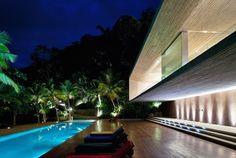 Os volumes em balanço, a ortogonalidade, a textura do concreto nu. Essas características definem o trabalho do arquiteto paulista Marcio Kogan na casa de veraneio em Paraty, no Rio de…