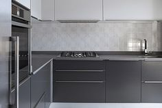 Sobria, funzionale e di design: questa cucina laccata con top in ...