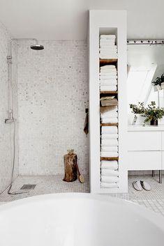 Yllä oleva kuva on ihan yksi lempikuvani. Se on Kannustalon Lato- talomalliston suunnittelijan Ulla Koskisen omasta kylpyhuoneesta.
