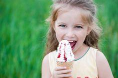 Hvilken is er best i sommervarmen? Eating Ice Cream, Little Girls, Water Bottle, Snacks, Food, Google Search, Toddler Girls, Water Flask, Baby Girls