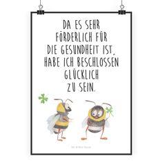 """Poster DIN A2 Hummeln mit Kleeblatt aus Papier 160 Gramm  weiß - Das Original von Mr. & Mrs. Panda.  Jedes wunderschöne Poster aus dem Hause Mr. & Mrs. Panda ist mit Liebe handgezeichnet und entworfen. Wir liefern es sicher und schnell im Format DIN A2 zu dir nach Hause.    Über unser Motiv Hummeln mit Kleeblatt  Unsere beiden süßen Hummeln sind aus unserer """"Small World"""" - Kollektion.    Verwendete Materialien  Es handelt sich um sehr hochwertiges und edles Papier in der Stärke 160 Gramm…"""