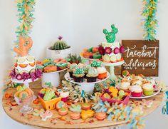 mesa dulce de fiesta tematica llena de colore