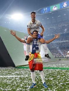 MADRID SPAIN - JUNE Marco Asensio (Up) and Alvaro Morata of Real Madrid celebrate their UEFA Champions League victory at Estadio Santiago Bernabeu on June 4 2017 in Madrid Spain. (Photo by Angel Martinez/Real Madrid via Getty Images) Real Madrid Cristiano Ronaldo, Cristino Ronaldo, Real Madrid Club, Real Madrid Players, Isco, Soccer Guys, Football Players, Uefa Champions League, Real Mardrid