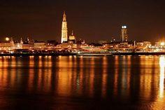 Skyline van Antwerpen met de lichtjes van de Schelde.