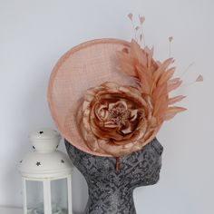 NUDE Fascinator hat with flower and feathers Follow me on IG: @patriciacossiotocados