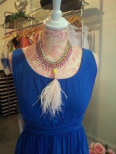 Collar fluor y pluma blanca - Santana Benitez