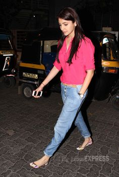 Celebrity Denim Styles, die wir lieben Celebrity Denim Styles we love Casual Chic, Work Casual, Cute Casual Outfits, Casual Looks, Bollywood Outfits, Bollywood Fashion, Anushka Sharma, Western Outfits, Western Wear
