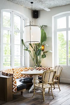 Parisian Eatery With Beautiful Boho Design (la Brasserie Auteuil) Banquette Seating Restaurant, Kitchen Banquette, Dining Nook, Kitchen Nook, Dining Room Design, Kitchen Seating, Floor Seating, Lounge Seating, Deco Cool