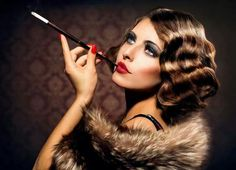 Some trends are better left behind. Want to know what throwback beauty trends to avoid? Check out 6 Vintage beauty products we have gladly waved goodbye to. Gatsby Makeup, 1920s Makeup, Vintage Makeup, Vintage Beauty, Look Retro, Look Vintage, Vintage Glam, Estilo Gatsby, Pelo Vintage