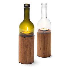 Oben hui, unten hui. Eine halbe Weinflasche oben und ein flaschengleicher Eiche-Sockel unten – zusammen ergibt dies ein hoch dekoratives und stimmungsvolles Windlicht. Der Flaschenaufsatz ist in zwei Farben erhältlich, moosgrün und klar. Das gesamte ›Weinlicht‹ kommt in einer sowohl schönen als auch sicheren Verpackung zu Ihnen.  Material: halbe Weinflasche, Eiche geräuchert (heimisches Holz) Maße: H 28 x Ø 7,5 cm Lieferumfang: Windlicht gebettet in attraktiver und sicherer Verpackung ...