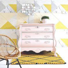 Mahtavat värit tässä asiakkaan lähettämässä kuvassa! Huopapallomatto on tosiaan helppo räätälöidä juuri omaan sisustukseen oikean väriseksi. #HuopaPalloMatto #sisustus #tyyli #sisustaminen #matto #design #sisustusideat #sisustusinspiraatio #interior #decoration #interiorinspiration #instahome #instadecor#keltainen #yellow #antiikki #antique #tapetti #uuttajavanhaa #vanha