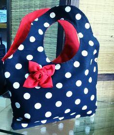 MC. : cartera de tela con bolsillo interno y flor roja