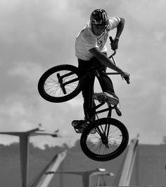 Bmx Bikes, Cool Bikes, Sport Photography, Street Photography, Bmx Street, Bicycle Types, Bmx Freestyle, Bike Style, Extreme Sports
