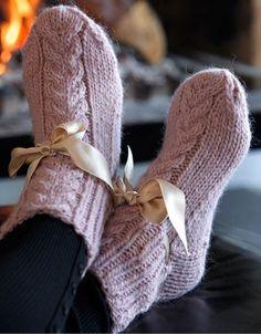 Hjemmestrikkede strømper er bare et hit! Her får du du opskriften på søde strømper med silkebånd.