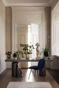 Stylish home office in a historic home Home Design, Home Interior Design, Interior Decorating, Design Design, Hm Home, Style At Home, Living Room Decor, Living Spaces, Living Rooms