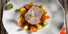 Langtidsbakt svinenakke med urter, rotfrukter og fløtegratinerte poteter - Stiansen inviterer til fest! Her kommer langtidsbakt svinenakke som krever litt innsats som du får mye igjen for.