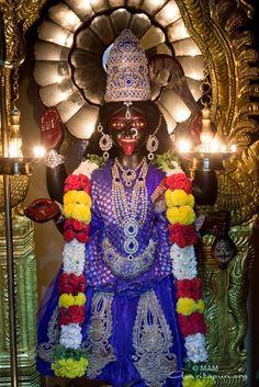 Mata Amritanandamayi, Kali Mata, Mother Kali, Divine Mother, Lakshmi Images, Bhakti Yoga, Krishna Painting, Durga Maa, Beautiful Goddess