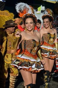 La Morenada o Danza de los Morenos es una danza de la zona altiplánica de Bolivia Carnival Girl, Brazil Carnival, Carnival Outfits, Carnival Costumes, Folk Costume, Costume Dress, Corsets, Bolivia, Beautiful People