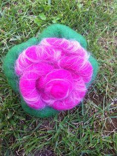 spilla o decorazione floreale in lana cardata di CreazioniMonica