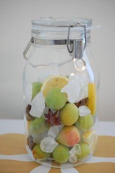 氷砂糖の分量の目安は、フルーツの重量とほぼ1:1であること。 お好みで増やしたり減らしたりコントロールしてみてください。 お好みでスターアニスやレモンを加えても。