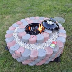 How to be creative with stone fire pit designs: backyard diy Outside Fireplace, Backyard Fireplace, Fire Pit Backyard, Stone Backyard, Landscaping With Rocks, Pool Landscaping, Easy Fire Pit, Fire Pit Ring, Concrete Fire Pits
