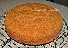 La ricetta del pan di spagna è una di quelle preparazioni che bisogna conoscere nella pasticceria: uova, zucchero e farina sono gli ingredienti principali.