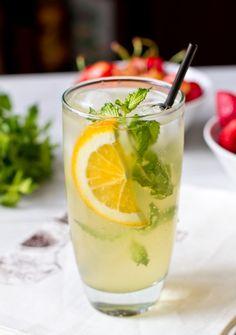 """Сегодня я хочу поделиться с вами рецептом еще одного освежающего летнего напитка. В моем варианте он готовится на основе """"Спрайта"""" или другой аналогичной сладкой газировки. Если вам это не очень нравится, вы можете сделать этот лимонад на основе простой газированной воды, но при этом увеличить количество сахара в сиропе вдвое.…"""