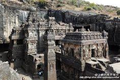 全世界最大的石窟 印度埃洛拉石窟, 此廟建於公元8世紀晚期,是古印度國王克利希那一世為紀念戰爭勝利而建,前後共修建150年,人工徒手鑿下240萬噸岩石,將整塊山崖鑿成了一個高33米,長50米的神廟。