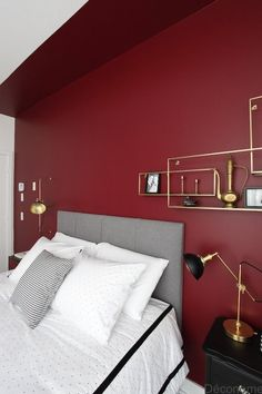 brass shelves from and red burgundy wall / Chambre avec mur rouge et accents de laiton Red Bedroom Walls, Maroon Bedroom, Red Bedroom Design, Maroon Walls, Burgundy Bedroom, Burgundy Walls, Burgundy Living Room, Accent Wall Bedroom, Room Ideas Bedroom