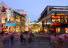 Originally designed by Frank Gehry, Santa Monica Place opened in 1980 and underwent renovations in 1990 and 1996. Completed in Fall 2010, this 557,000 square foot mall underwent an extensive transformation to become an outdoor shopping area.