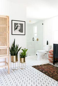 Un bagno total white con materiali naturali per i pochi arredi. Photo credits elledecor.com