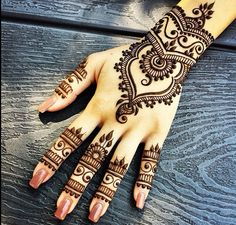 Love the detail in this henna design ✋❤️